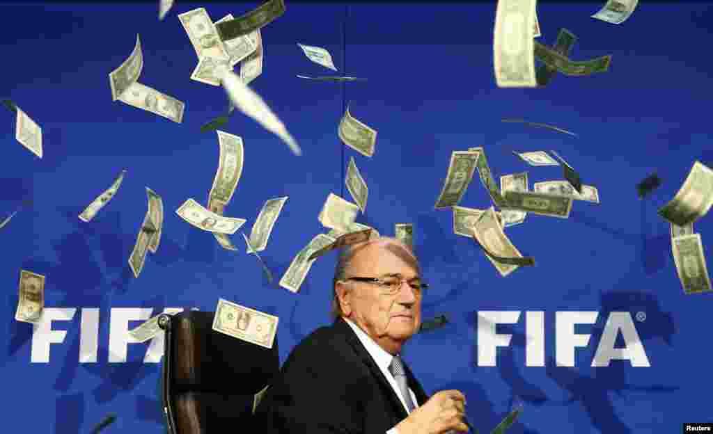 Diễn viên hài người Anh tên Lee Nelson (không có trong hình) ném tiền vào Chủ tịch FIFA Sepp Blatter khi ông đến dự một cuộc họp báo sau cuộc họp bất thường của Ban chấp hành FIFA tại trụ sở FIFA ở Zurich, Thụy Sĩ.