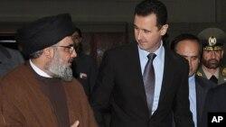 지난 2010년 헤즈볼라 지도자인 하산 바스랄라(왼쪽)와 바샤르 알 아사드 시리아 대통령이 대화하고 있다.(자료사진)