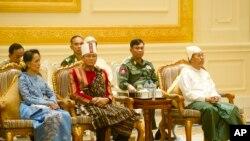 ប្រមុខដឹកនាំនៃប្រទេសមីយ៉ាន់ម៉ា ចូលរួមពិធីប្រគល់តំណែងដល់លោកប្រធានាធិបតីថ្មី Htin Kyaw ចេញពីប្រធានាធិបតីចាស់ គឺលោក Thein Sein កាលពីសប្តាហ៍មុន។