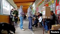 Cử tri Argentina đi bỏ phiếu tại Buenos Aires, ngày 25/10/2015.