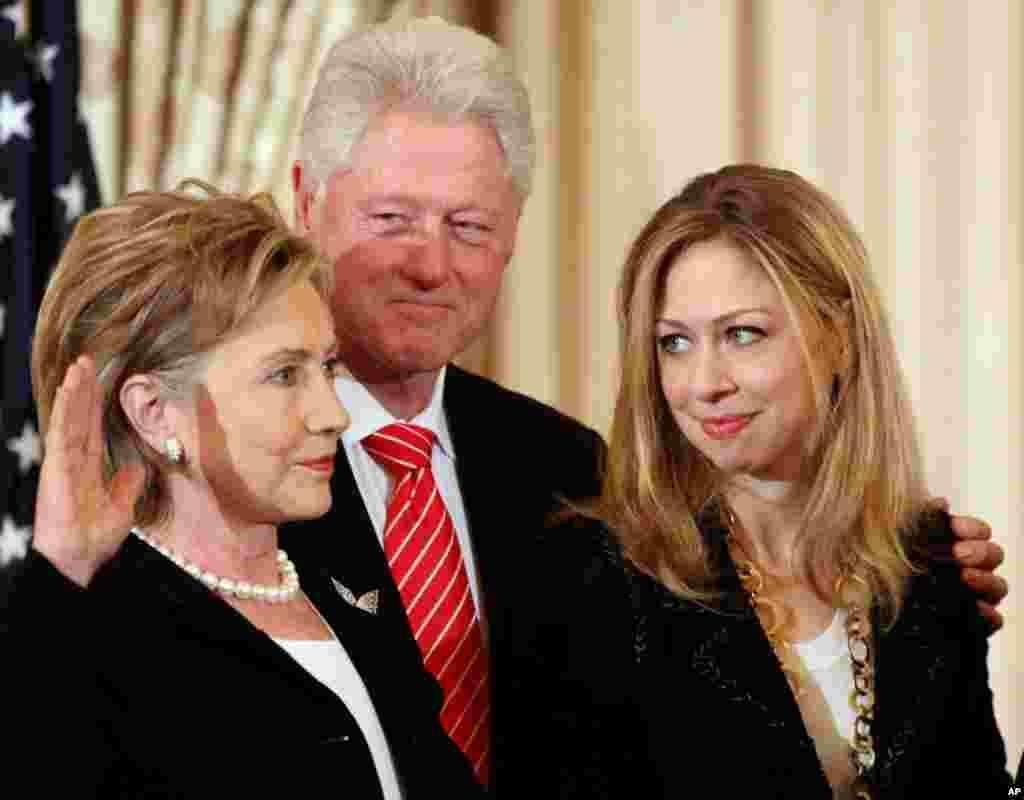 Cựu Tổng thống Clinton và con gái Chelsea dự lễ tuyên thệ nhậm chức của bà Clinton tại Bộ Ngoại Giao Hoa Kỳ trong thủ đô Washington, 2-2-2009