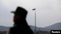 شمالی کوریا کے ایک گاؤں میں اس کا پرچم لہرا رہا ہے۔ فائل فوٹو