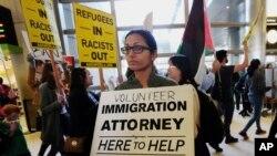 یوه ښځه د هوايي ډگر د راتلونکیو مسافرانو لپاره د مهاجرت په اړه وړیا خدمتونه عرضه کوي