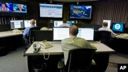 美國網絡安全人員在監測中心工作