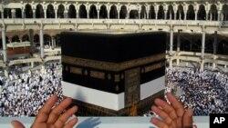 하지를 맞아 사우디아라비아의 메카를 찾은 무슬림들이 기도를 하고 있다.