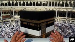 Musliman se moli u Meki