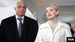 Tokoh oposisi dan mantan PM Ukraina yang sedang menjalani hukuman penjara, Yulia Tymoshenko (kanan) bersama suaminya, Oleksandr Tymoshenko (foto: dok).