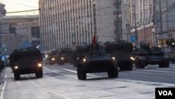 今年5月胜利日红场阅兵前彩排时莫斯科街头的俄军装甲部队 (美国之音白桦 拍摄)