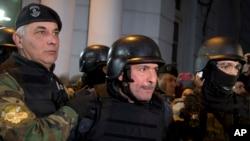 El exministro de Obras Públicas José López (centro), fue arrestado cuando trataba de esconder millones en efectivo y joyas en un monasterio de las afueras de Buenos Aires.
