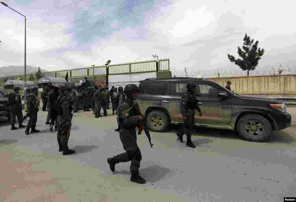 Polisi Afhanistan mengamankan lokasi di luar Cure Hospital setelah tiga orang Amerika tewas, Kabul, 24 April 2014.