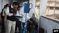 Một bác sĩ đang chữa trị cho các bệnh nhân, tại một bệnh viện ở thành phố Diamond Harbour, Ấn Độ, bị bệnh vì uống rượu lậu nhiễm độc chất
