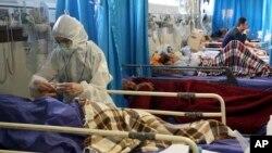 Petugas medis merawat pasien virus corona di sebuah rumah sakit di Teheran, Iran (8/3).
