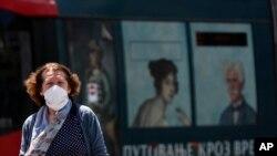 Arhiva - Žena nosi masku kao zaštitu od koronavirusa, tokom trajanja pandemije, u Beogradu, Srbija (AP Photo/Darko Vojinovic)