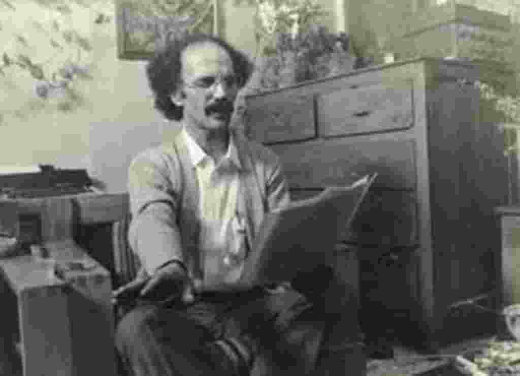 هوشنگ گلشیری در حال خواندن متن