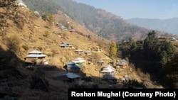 پاکستانی کشمیر کا ایک گاؤں۔ فائل فوٹو