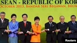 9일 브루나이에서 열린 한국-아세안 정상회의에 참석한 한국 박근혜 대통령(가운데)이 각 국 정상들과 악수하고 있다.
