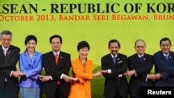 9일 브루나이에서 열린 한국-아세안 정상회의에 참석한 한국 박근혜 대통령(가운데)이 각 국 정상들과 손을 맞잡고 있다.