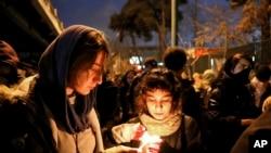 伊朗民众1月11日在首都德黑兰的阿米尔卡比尔(Amirkabir)理工大学举行烛光晚会,悼念被伊朗革命卫队击落的民航客机的死难者。