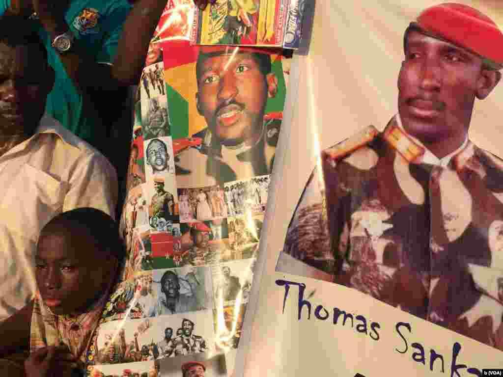 Des posters à l'effigie de Thomas Sankara sont vendus comme de petits pains sur la place des martyrs dans le quartier Tampouy dans le nord-ouest de Ouagadougou où plusieurs milliers de personnes se sont réunies pour commémorer le 28eme anniversaire de l'assassinat de Thomas Sankara, le père de la révolution burkinabè mort le 15 octobre 2015. (VOA/Bagassi Koura)