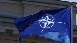 Bendera NATO berkibar, 30 Maret 2019. (Foto: REUTERS/Ints Kalnins)