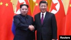 El líder norcoreano, Kim Jong Un, y el presidente chino, Xi Jinping, posan en esta foto de su visita no oficial a Pekín.
