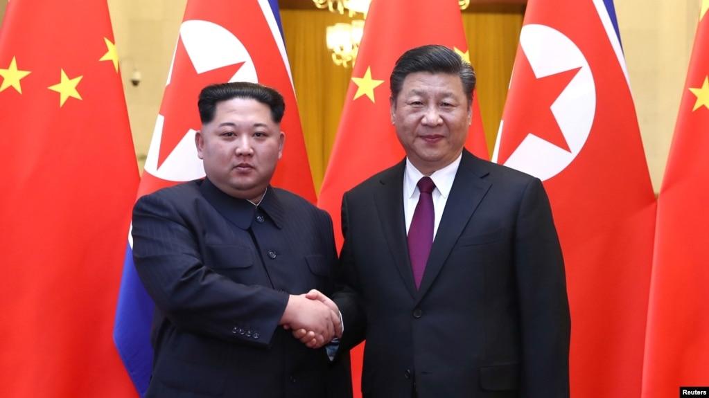 中国国家主席习近平和朝鲜领导人金正恩在北京人民大会堂握手(2018年3月28日发布的照片)