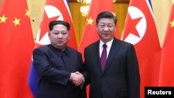 中國國家主席習近平和北韓領導人金正恩在北京人民大會堂握手(2018年3月28日發布的照片)
