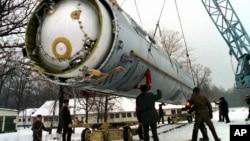 Подготовка к уничтожению баллистической ракеты SS-19 на территории крупнейшей бывшей советской военной ракетной базе в Вакуленчуке, Украина, 24 декабря 1997 г.