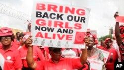 Traer de vuelta a nuestras chicas es parlas te de consignas durante una protesta pidiendo al gobierno para rescatar a las niñas secuestradas restantes de la escuela secundaria del gobierno que fueron secuestradas hace casi tres años, en Lagos, Nigeria, abril 13 de 2017.