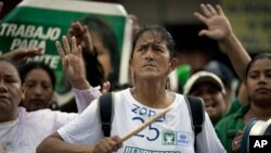 Supporters of Guatemala's former first lady Sandra Torres protest outside the Constitutional Court in Guatemala City, August 8, 2011