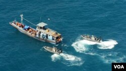 Pihak berwajib Australia mencegat sebuah kapal pencari suaka asal Asia dengan tujuan Australia (foto: ilustrasi). Maraknya pencari suaka ke Australia telah memicu perdagangan manusia.