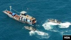 Petugas Australia mencegat kapal pencari suaka asal Asia dengan tujuan Australia atau Selandia Baru (foto: dok).