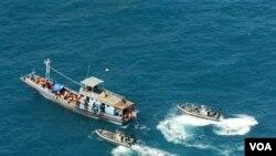 Petugas mencegat kapal pencari suaka asal Asia dengan tujuan Australia atau Selandia Baru (foto: ilustrasi).