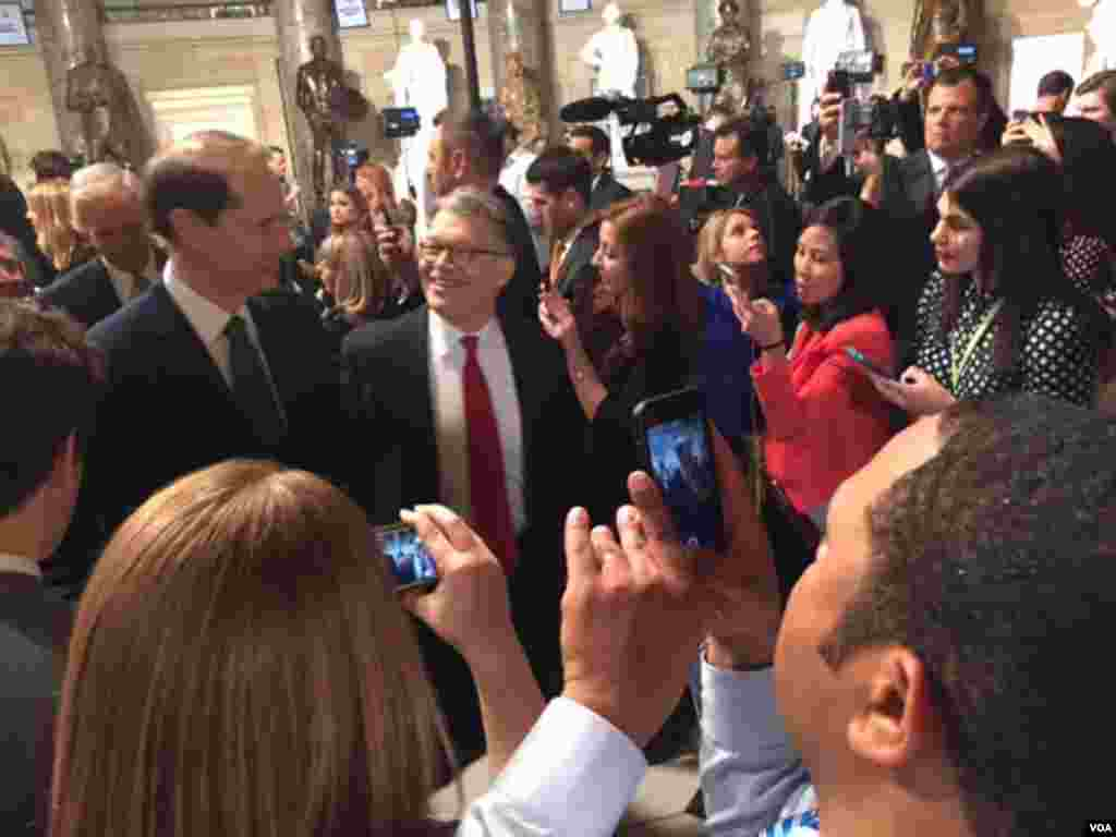 Democratic U.S. Sens. Ron Wyden and Al Franken arrive for President Barack Obama's State of the Union address, to be given in the U.S. House chamber, Jan. 12, 2016. (D. Futrowsky/VOA)