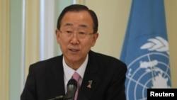 Katibu mkuu wa Umoja wa Mataifa Ban Ki-moon akizungumza na waandishi wa habari kwenye mkutano.
