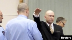 Sát thủ Anders Behring Breivik giơ tay chào theo kiểu Đức Quốc Xã khi vào tòa án của nhà tù Skien, Na Uy, ngày 15/3/2016.