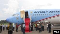 Presiden Joko Widodo di Halim Perdana Kusuma, Jakarta, Minggu, 26 April 2015, menyatakan pemerintah Indonesia siap membantu Nepal. (VOA/Andylala)