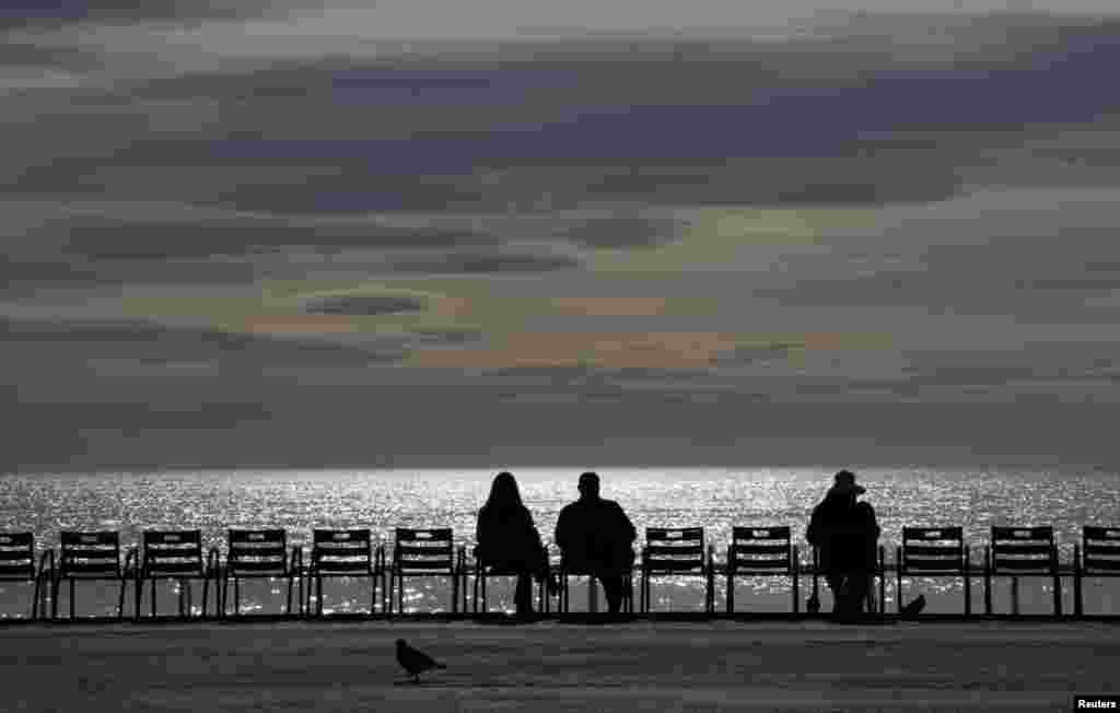 ប្រជាពលរដ្ឋសម្រាកលំហែកាយនៅសួន Promenade de Anglais ក្នុងក្រុង Nice ប្រទេសបារាំង។