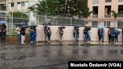 Venezuela'da yağmur altında aşı kuyruğunda bekleyenler