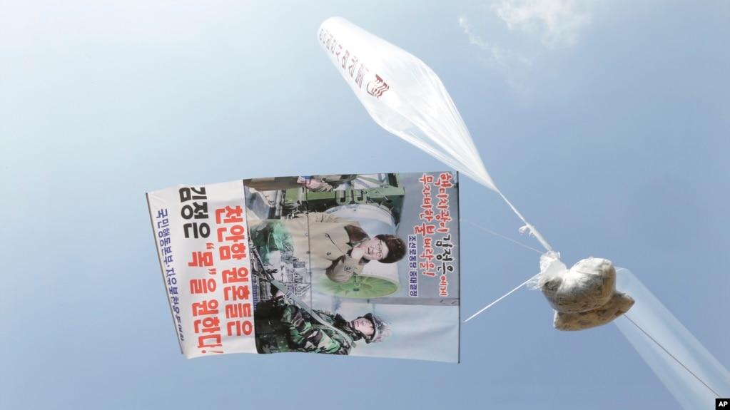 Tư liệu - Bóng bay và truyền đơn lên án lãnh tụ Triều Tiên Kim Jong Un.
