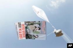 지난해 3월 천안함 피격 6주기를 맞아 탈북자들이 날린 풍선 안에 김정은 북한 국무위원장을 비난하는 전단지들이 보인다. (자료사진)