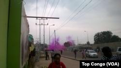 Les forces de l'ordre ont tiré des grenades lacrymogènes pour disperser la foule qui répondait avec des jets pierres, à Kinshasa, 26 mai 2016. Top Congo