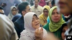 Familjarët e udhëtarëve të avionit të rrëzuar në Indonezi, luten derisa presin njoftime të reja rreth rrëzimit