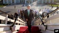 John Kerry, de gira por el Medio Oriente, pidió a Rusia discutir diplomáticamente la salida de Snowden hacia EE.UU. Rusia se ha negado.