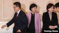 더불어민주당 추미애(가운데) 대표, 국민의당 박지원(왼쪽) 비상대책위원장 겸 원내대표, 정의당 심상정 상임대표가 1일 국회에서 열린 야3당 대표 회동에 앞서 인사를 나눈 뒤 서로 다른 곳을 바라보면서 이동하고 있다. 야3당은 이날 박근혜 대통령 탄핵 일정을 합의하지 못했다.