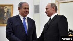 지난 4월 러시아 모스크바를 방문한 네타냐후 이스라엘 총리(왼쪽)가 크렘린 궁에서 블라디미르 푸틴 대통령과 만나 악수하고 있다. (자료사진)