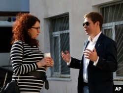 Ukrainian pilot Nadezhda Savchenko's lawyer Ilya Novikov (r) speaks with Oksana Sokolovskaya (l) lawyer for Yevgeny Yerofeyev, after the court session in Kyiv, Ukraine, April 18, 2016.