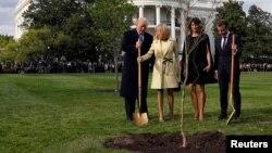 Hai tổng thống của Mỹ và Pháp trồng cây tại vườn Nhà Trắng, 23/4/2018
