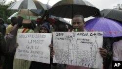 """Những người Mali biểu tình cầm biểu ngữ với hàng chữ """"Hãy ngăn chặn những người Hồi giáo không yêu hòa bình"""" và """"chúng tôi thà chết chứ không để Mali bị phân chia"""""""