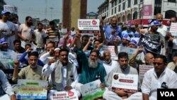 کشمیری تاجر سرینگر کے لال چوک پر آئین کی دفعہ 35 اے کو برقرار رکھنے کے حق میں مظاہرہ کر رہے ہیں۔
